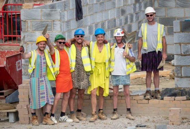 Şort Giymeleri Yasaklanan İnşaat İşçileri İşe Etekle Geldiler