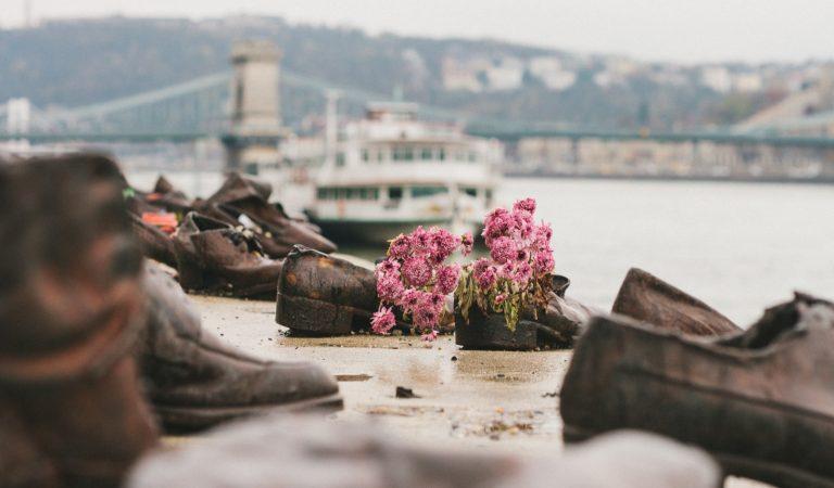 Tuna Nehri Kıyısındaki Ayakkabıların Trajik Hikayesi
